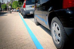 Niebieskie linie na parkingu
